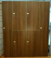 14 X Deluxe Metall Garderobenschrank/Spind/Kleiderspind mit 69 Schließfächern incl. Metallträgerkonstruktion/Unterbau