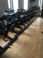 Life Fitness Indoor Bike IC7 mit Magnetbremse, Wattmessung, TFT Trainingscomputer, SPD Pedal System, Riemenantrieb, Transportrollen, Sportsattel