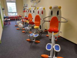 Gebrauchte Kindersportgeräte in sehr gutem Zustand, mit leichten Gebrauchsspuren, zur gewerblichen Nutzung. Sport- Spiel- System für Kinder von 5- 11 Jahren geeignet.