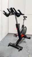 Life Fitness Indoor Bike IC7 mit Magnetbremse, Wattmessung, Trainingscomputer, SPD Pedal System, Riemenantrieb, Transportrollen, Sportsattel